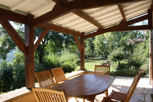 Location vacances dordogne perigord noir sarlat maisons louer piscine for Avancee terrasse couverte