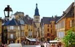 Sarlat, Jewel of the Perigord, is 15km away
